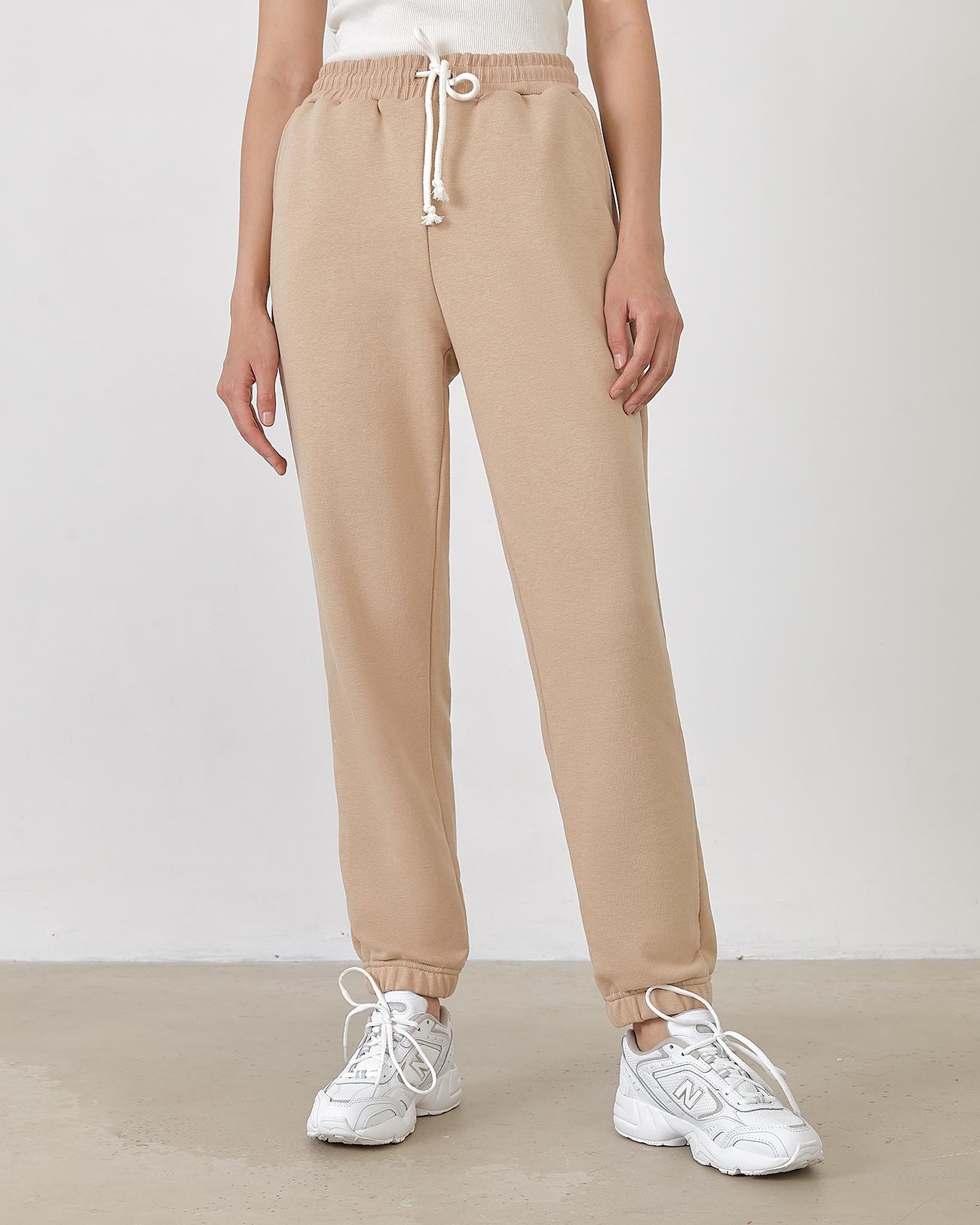 Спортивные брюки бежевого цвета фото