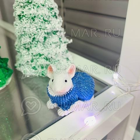 Талисман сувенир Белая Мышка Pretty Mouse символ 2020 в голубом свитере с блёстками