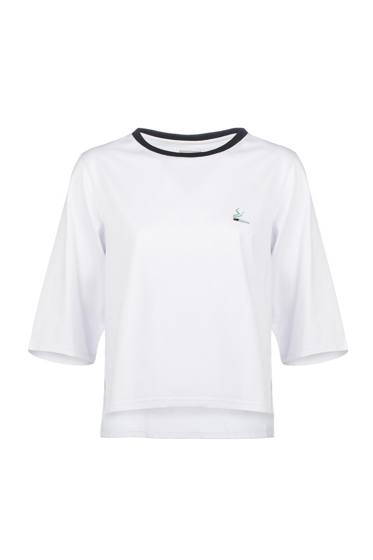 Белая футболка с черным воротником