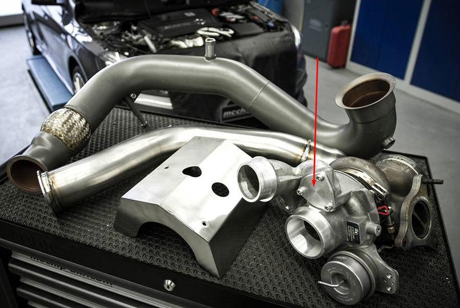 Заглушка на турбине для блоу офф клапана в двигателе М133 Мерседес