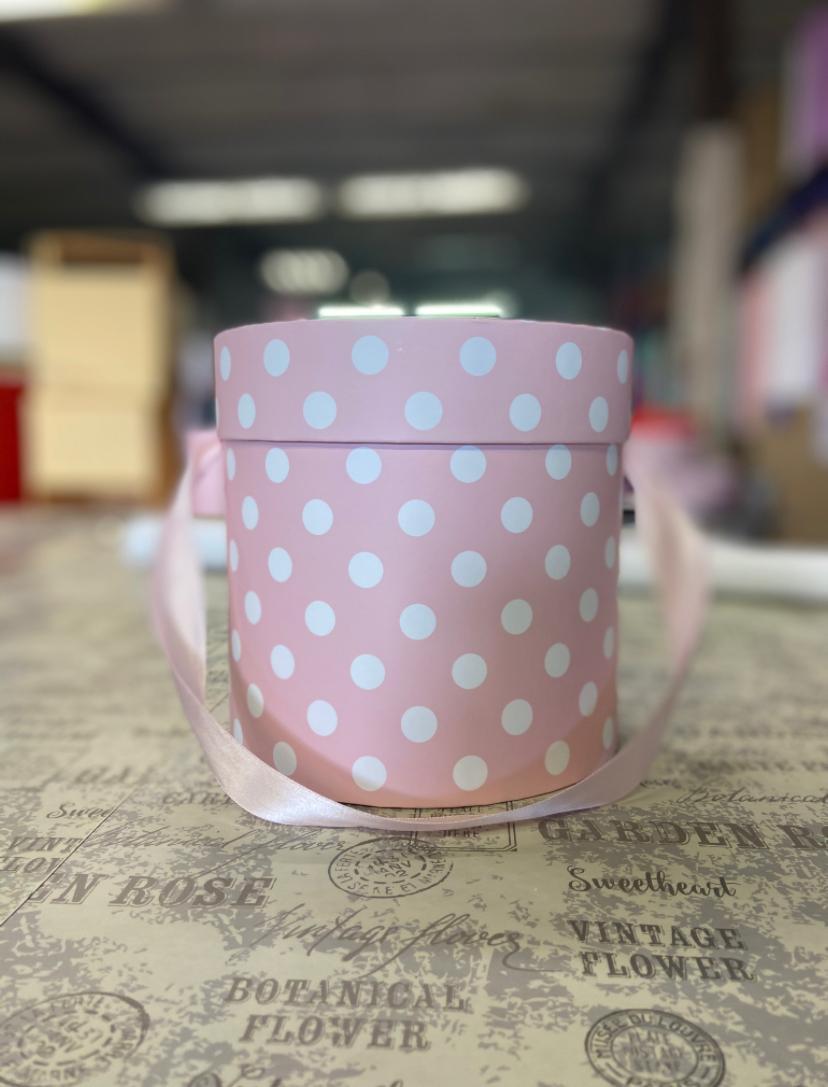 Шляпная коробка эконом вариант 18 см . В нежно розовый горох. Розница 300  рублей .