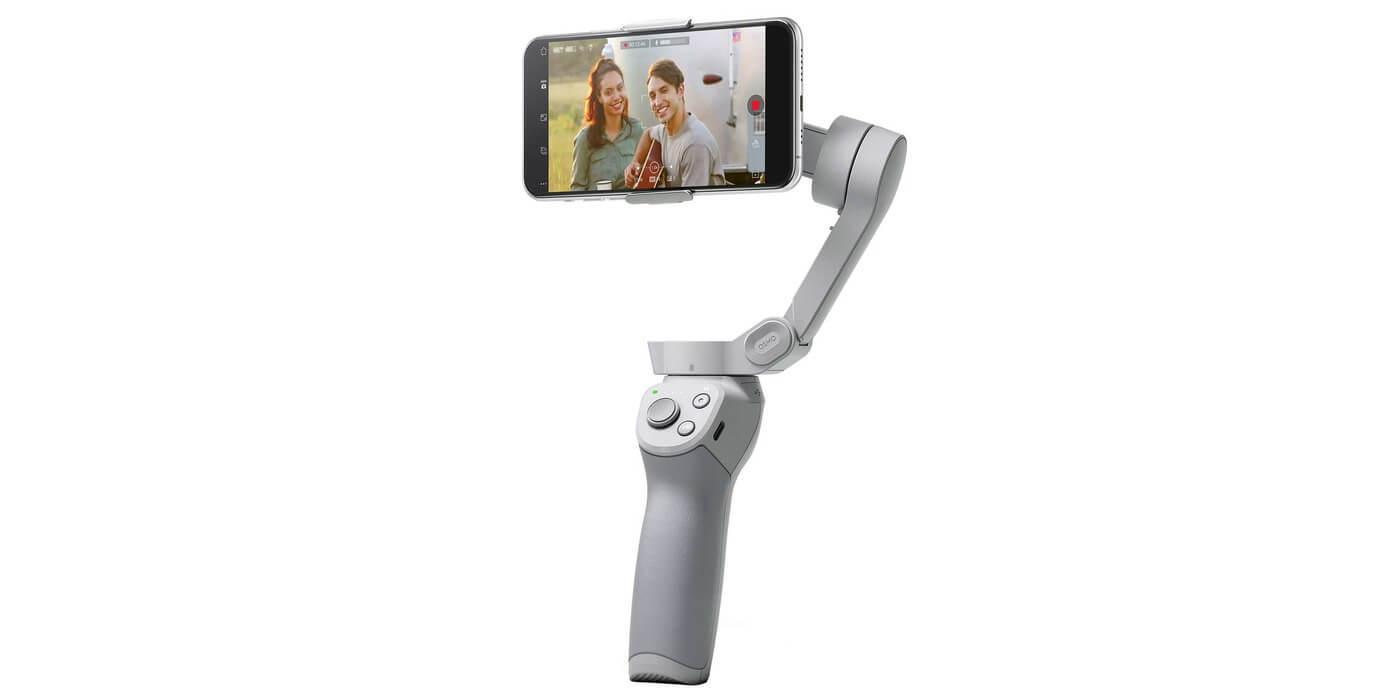 Стабилизатор DJI Osmo Mobile OM4 со смартфоном вид сбоку