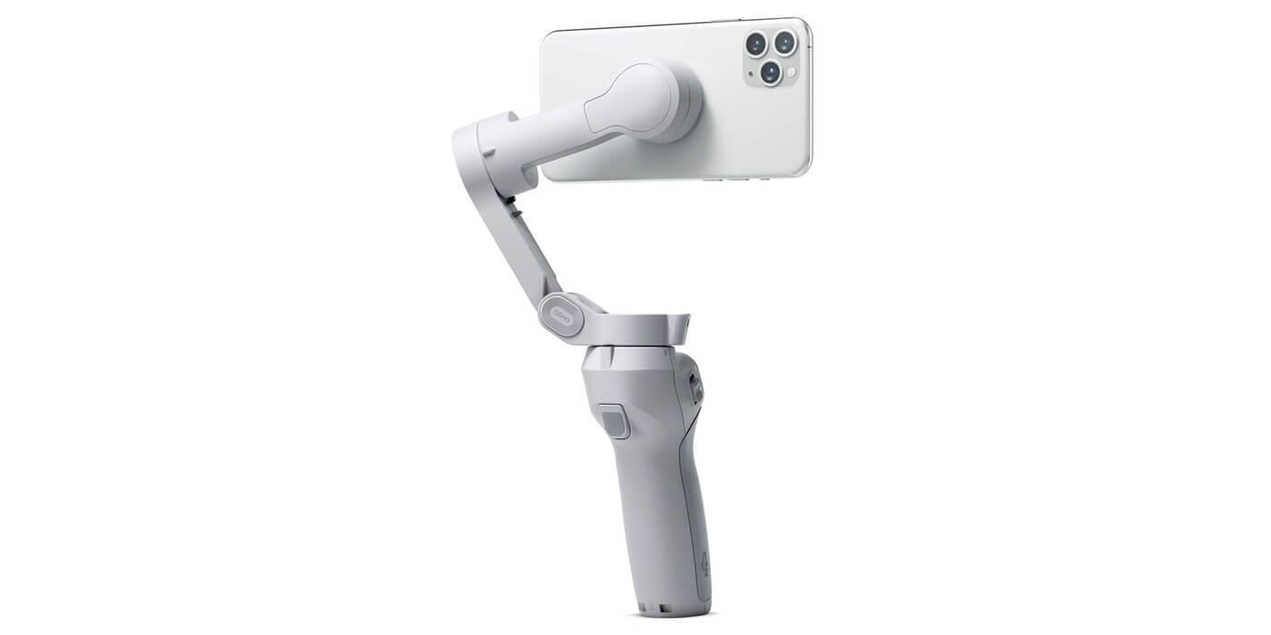 Стабилизатор DJI Osmo Mobile OM4 со смартфоном вид сзади