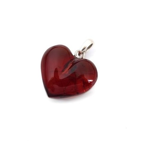 кулон в виде сердечка из янтаря цвет вишня