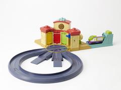 Игровой набор 'Дом стажёров' с кольцевой железной дорогой (Чаггингтон, LC54204)