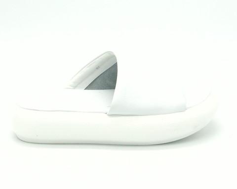 Белые кожаные сабо на высокой подошве