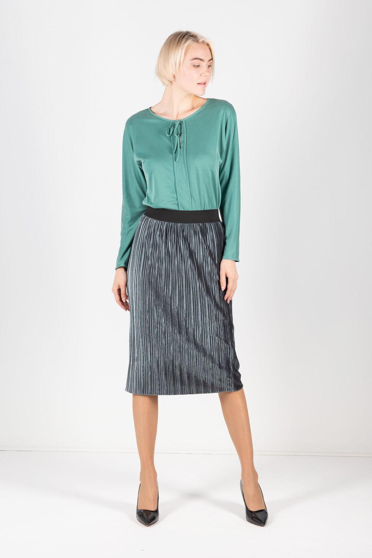 Блуза Г684-756 - Женственная блуза с каплевидным вырезом на груди выполнена в редком оттенке зеленого цвета. Полуоблегающий силуэт акцентирует внимание на достоинствах фигуры, скрывая возможные несовершенства. Центральная вертикальная вставка добавляет визуальной стройности. Блуза отличается продуманной длиной, поэтому хороша в комплектах и с юбками, и с брюками.