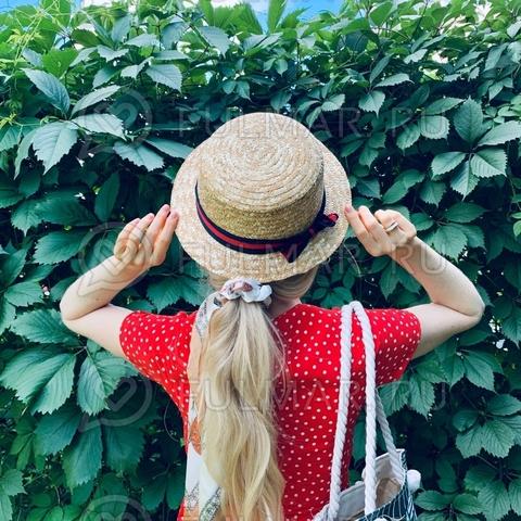Соломенная женская шляпа канотье с лентой красно-синей с узкими полями