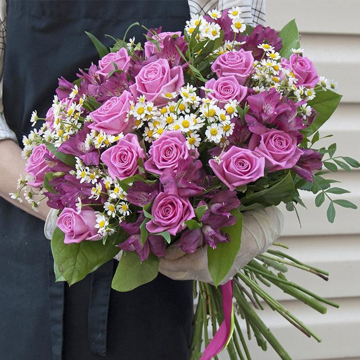 Купить шикарный вип необычный букет с розами и ромашками в Перми