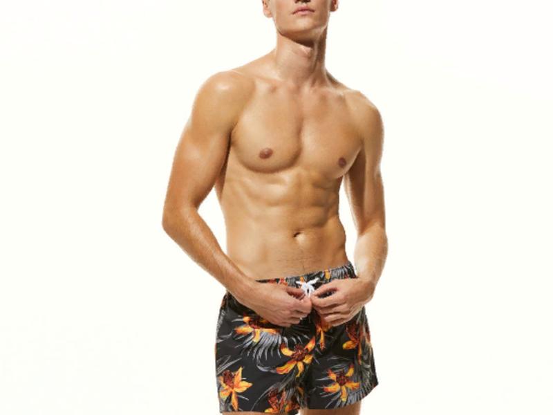 Мужские пляжные шорты черные с цветочным узором SEOBEAN
