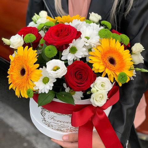 Композиция в коробке из Гербер, хризантем, роз и эустом