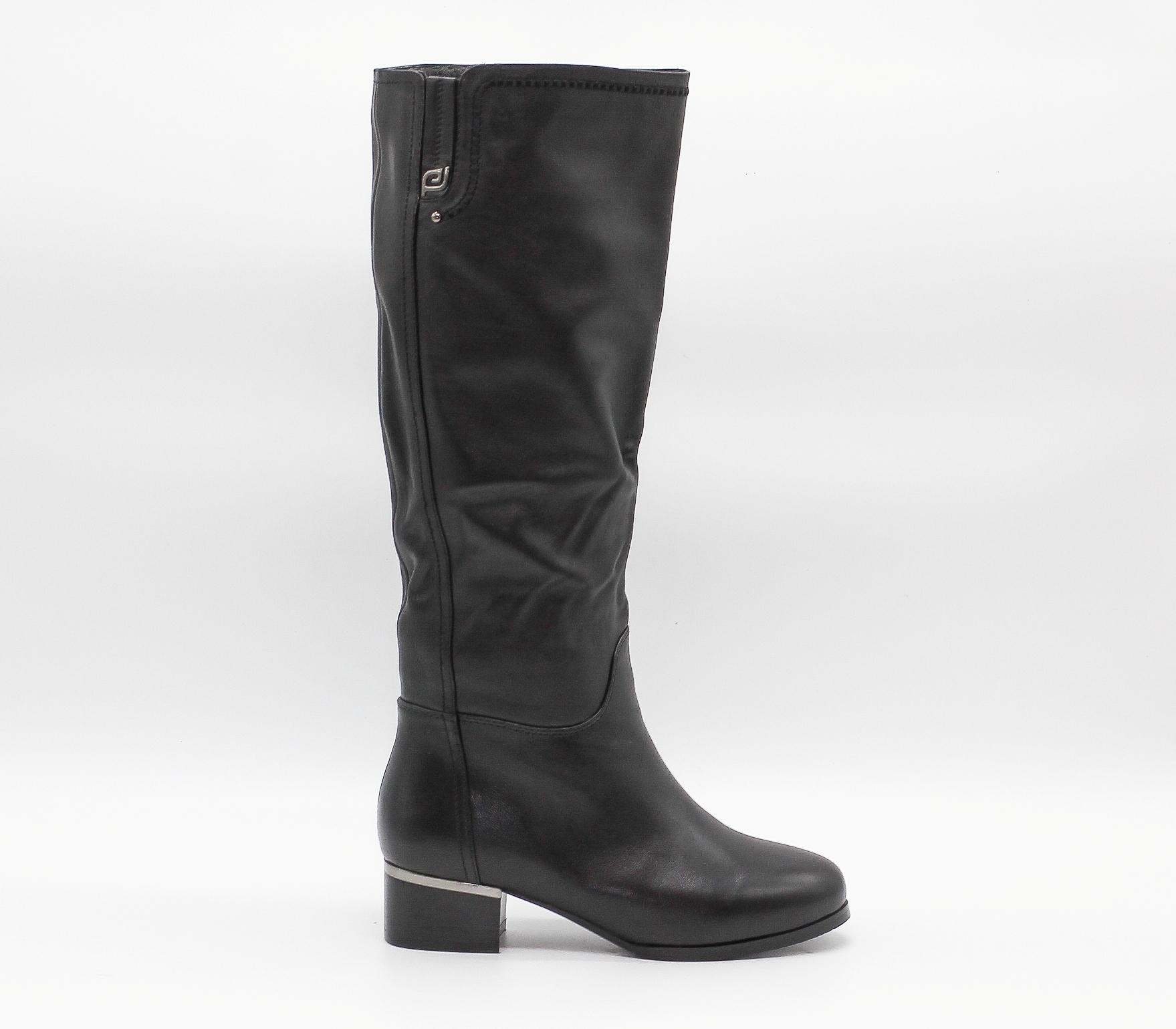 Черные кожаные сапоги на среднем каблуке