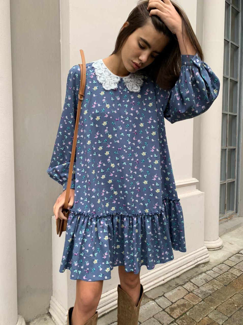 Платье мини с кружевным воротником (цветы на синем)