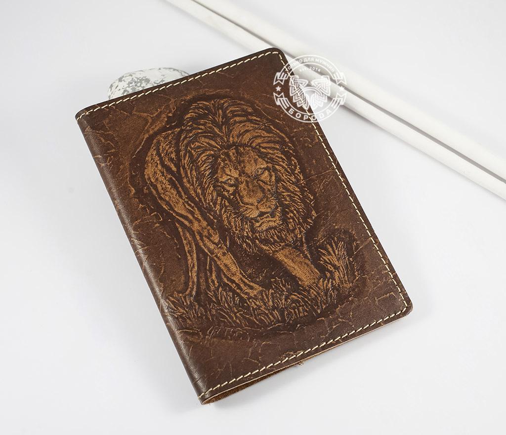 Обложка на паспорт ручной работы «Нарнийский Лев»
