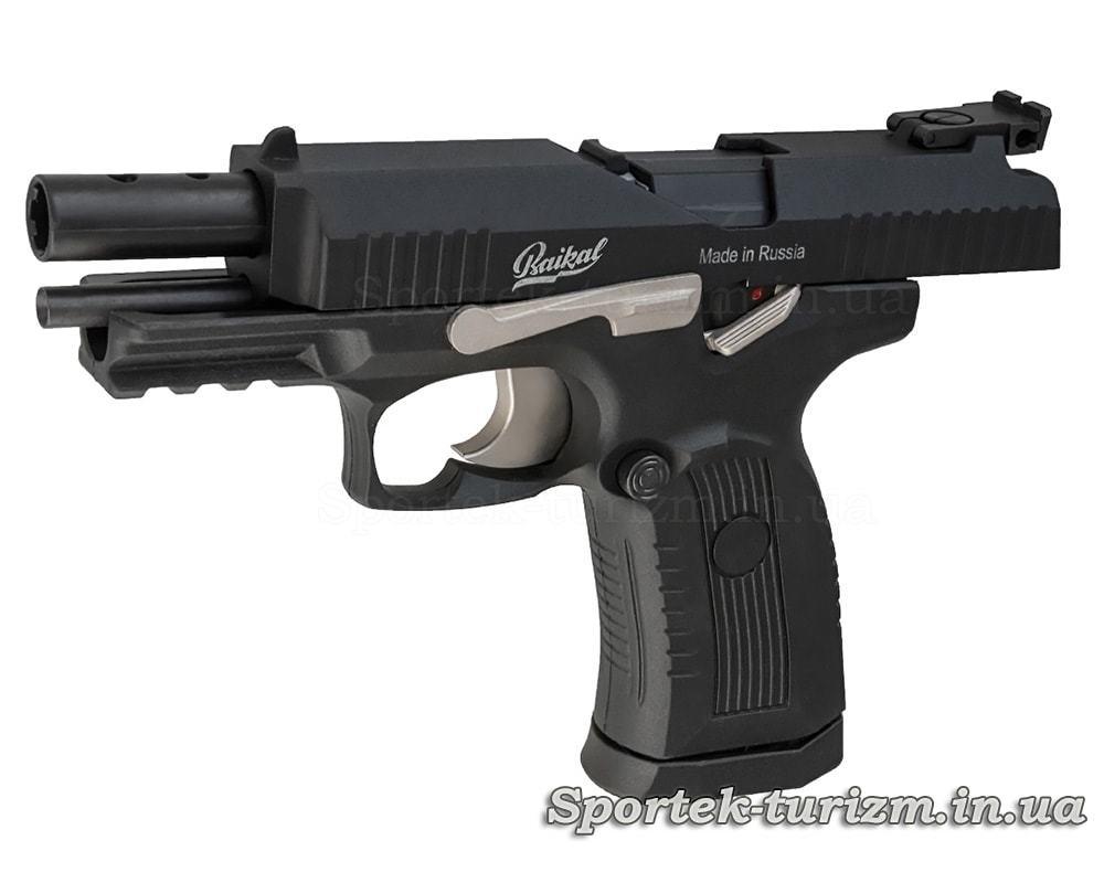 Вид пневматического пистолета Baikal MP-655К при зарядке