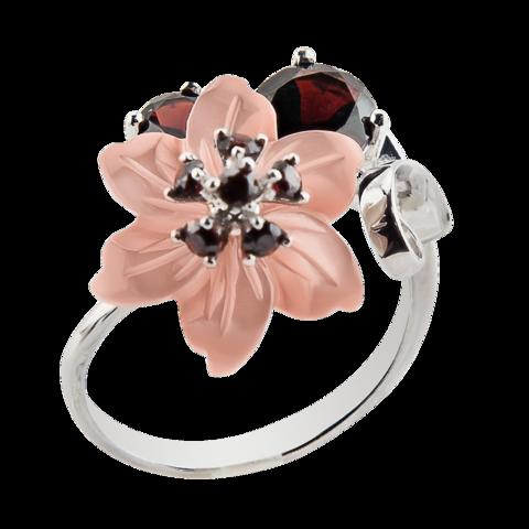 Кольцо с цветком из перламутра и натуральным гранатом