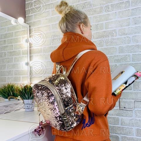 Рюкзак золотистый с пайетками меняющий цвет Бежевый-Серебристый и брелок  Mila