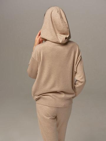 Женский джемпер бежевого цвета с капюшоном - фото 2