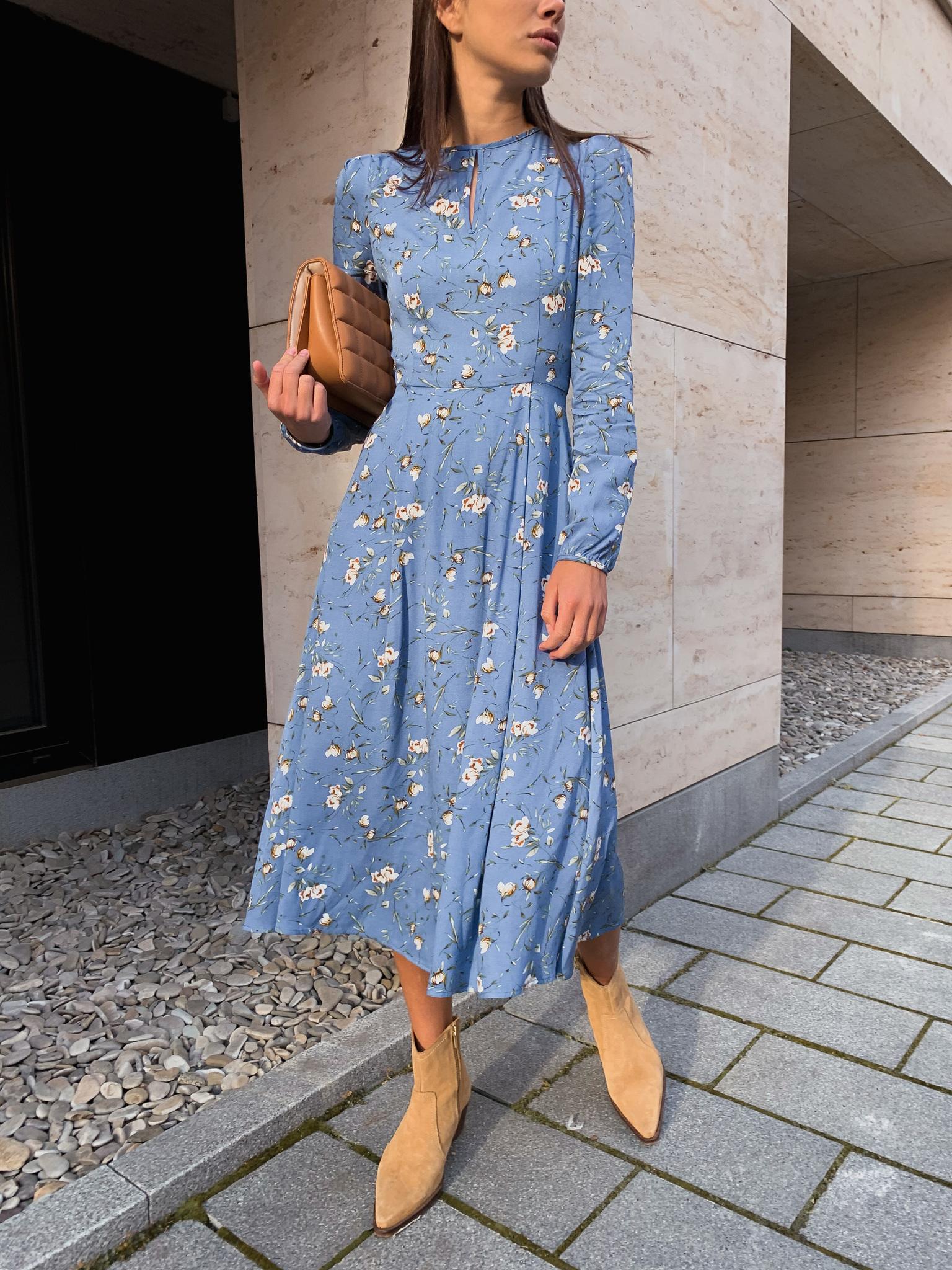 Платье миди с пышным рукавом (цветы на синем)