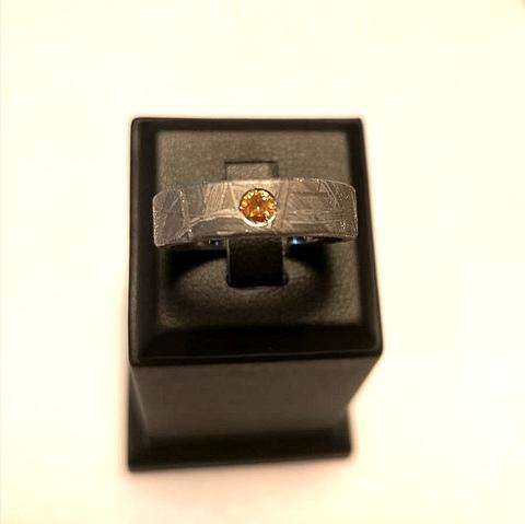 Кольцо из метеорита с ограненным камнем