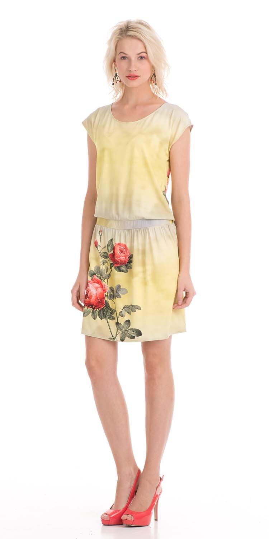 Платье З029-466 - Добавьте больше солнечных лучей в ваш гардероб.Яркое платье из вискозы с красивым рисунком в виде розы на юбке спереди и сзади на спинке поднимет вам настроение на весь день. Модель, свободного кроя с регулируемой длиной, за счет пояса на бедрах, открывает ноги и изящно скроет возможные недостатки фигуры.Платье можно носить с каблуками, с босоножками на платформе и с балетками. За счет универсальности этой модели вы можете создать разнообразные луки на все случаи.