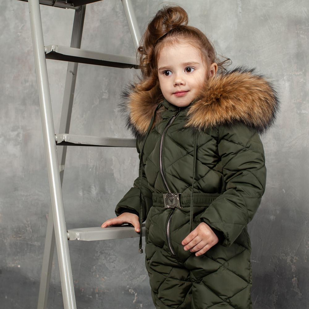 Детский однотонный зимний комбинезон хаки и опушкой из натурального меха