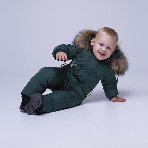 Детский однотонный зимний комбинезон темно-зеленого цвета и опушкой из натурального меха