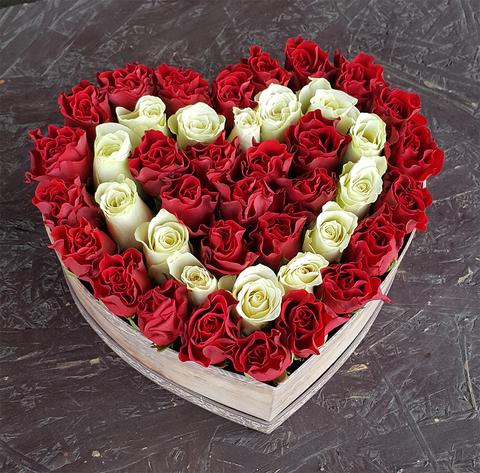 Сердце в коробке из белых и красных роз 2