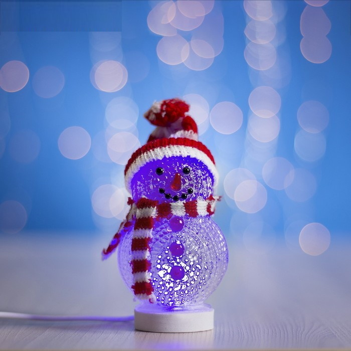 Снеговичок светящийся акриловый 15х10 см, USB в красной шапочке и шарфе фото