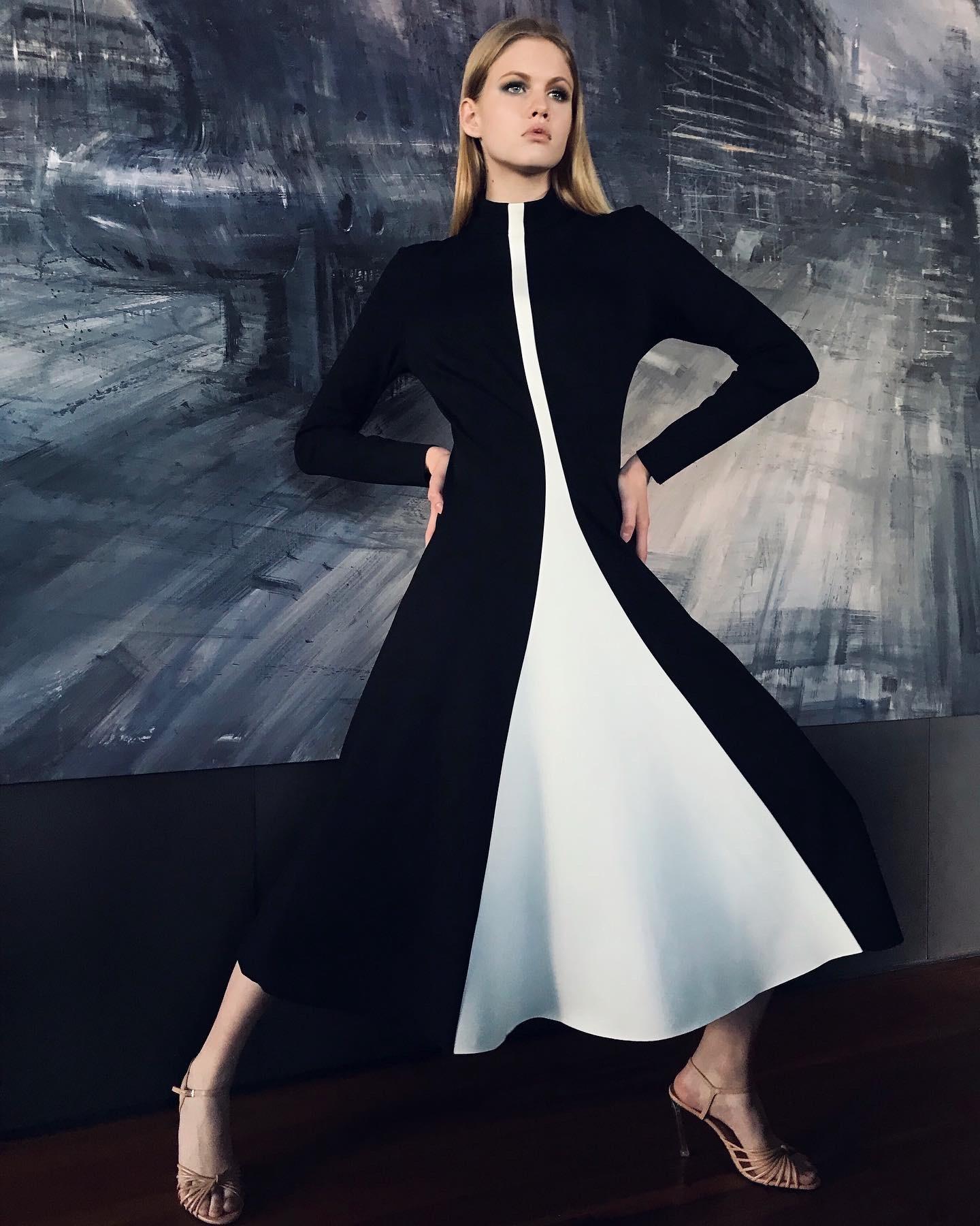 Платье черно-белое со вставкой-клин (FW0471)