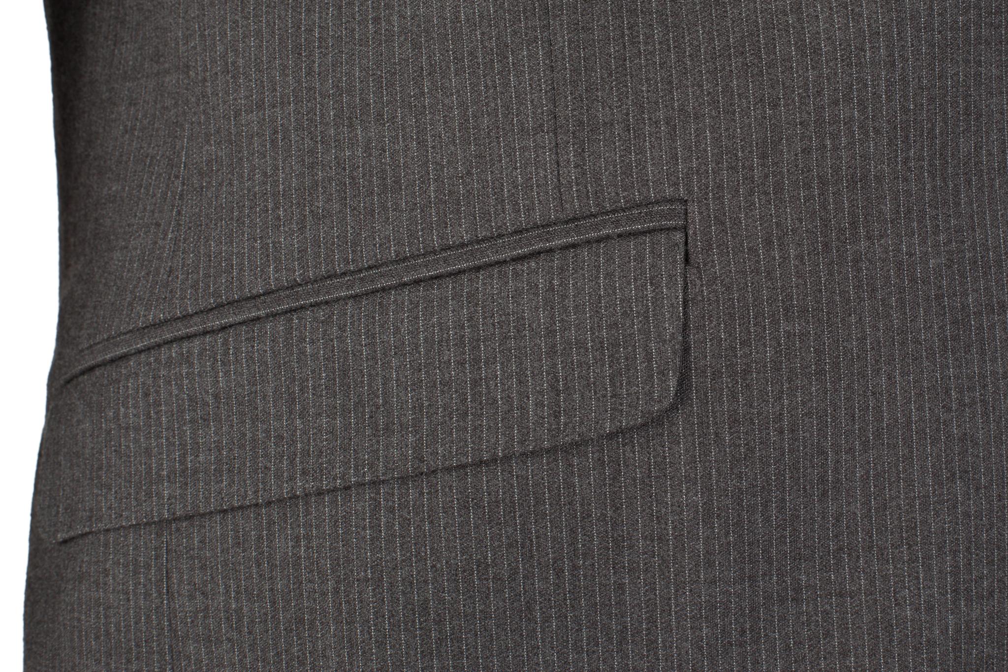 Серый костюм в тонкую полоску из 100%-ной шерсти, накладной карман
