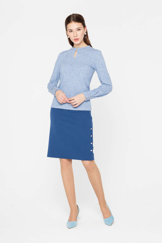 Юбка Б124а-741 - Изысканная лаконичность и аристократичная элегантность: юбка прямого силуэта, выполненная в нежно-голубом оттенке, займет почетное место в гардеробе и станет универсальной участницей множества комплектов.Модель украшают декоративные пуговицы сбоку, сдерживающие высокий разрез и привлекающие внимание к ногам. Юбка прекрасно сочетается и с классическими блузками или жакетами, и с более неформальными джемперами.
