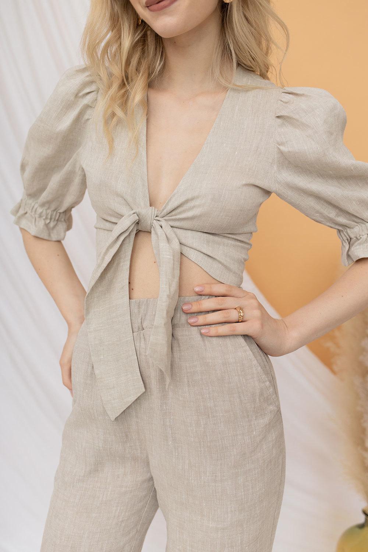 Укороченная блуза на завязке светло-серого цвета из льна