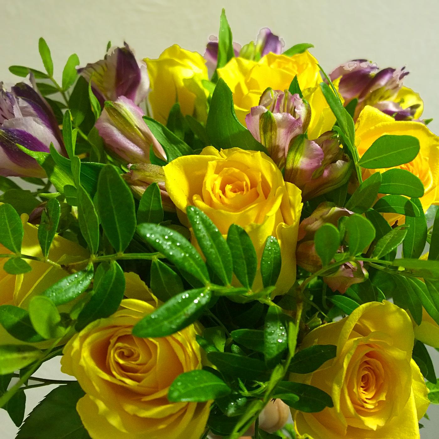 Букет Вечернее кружево с желтой розой и сиреневой альстромерией, лента атласная