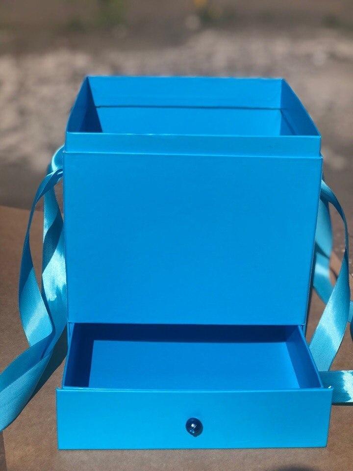 Квадратная коробка с отделением для подарка. Цвет: Ярко голубой . В розницу 500 рублей .