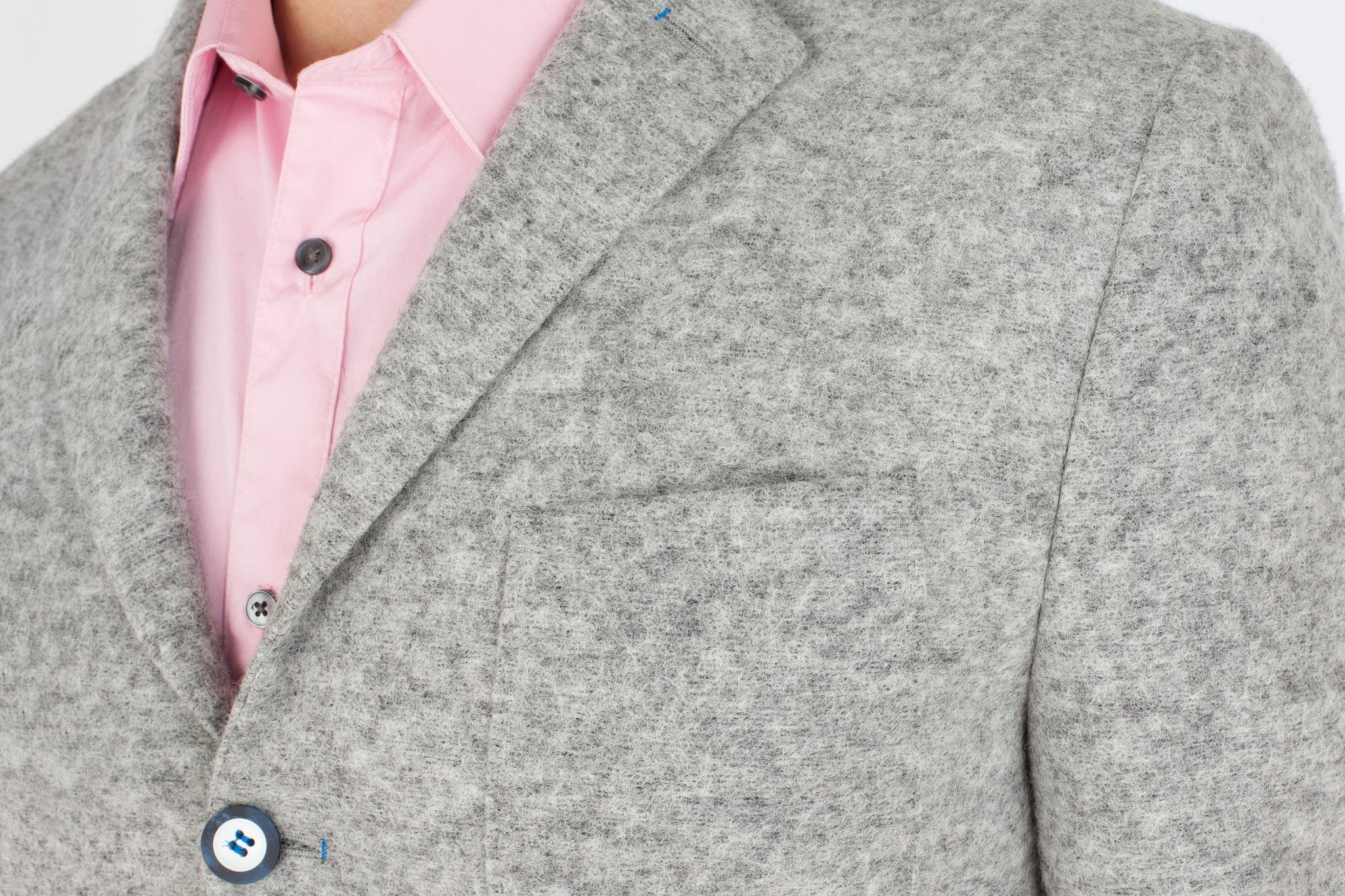 Светло-серый шерстяной пиджак, нагрудный карман