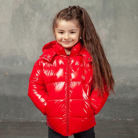 Демисезонная детская куртка красного цвета из лаковой плащевки с нашивкой