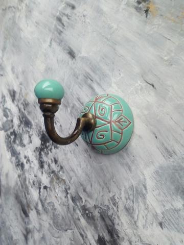 Крючок керамический цвета морской волны с графическим орнаментом