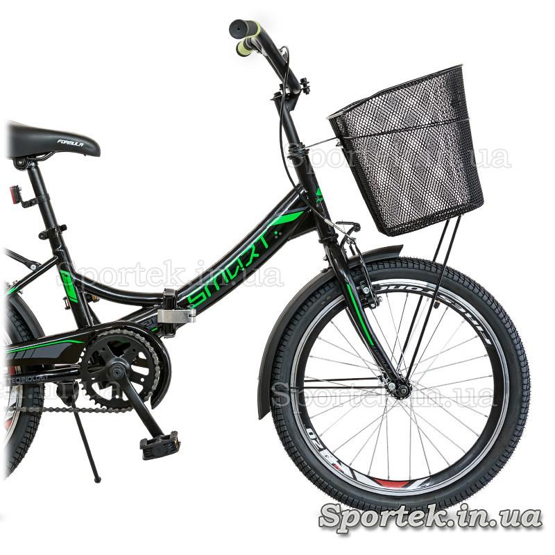 Металлическая корзинка, установленная спереди на велосипеде