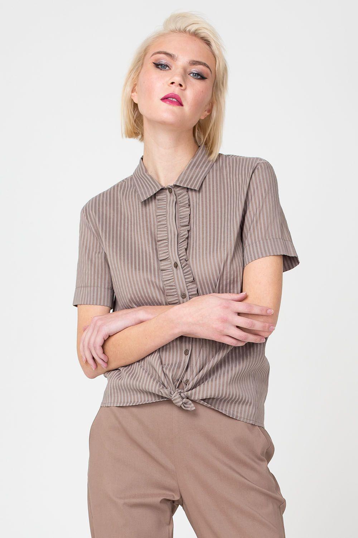 Блуза Г665-302 - Классическая блуза с узкой манишкой – пример делового, но вместе с тем, женственного дизайна. Модель выполнена в красивом кофейном оттенке и украшена узким полосатым принтом. Для комфорта на спинке предусмотрен «защип». Блуза прекрасно сочетается с различными юбками и брюками.
