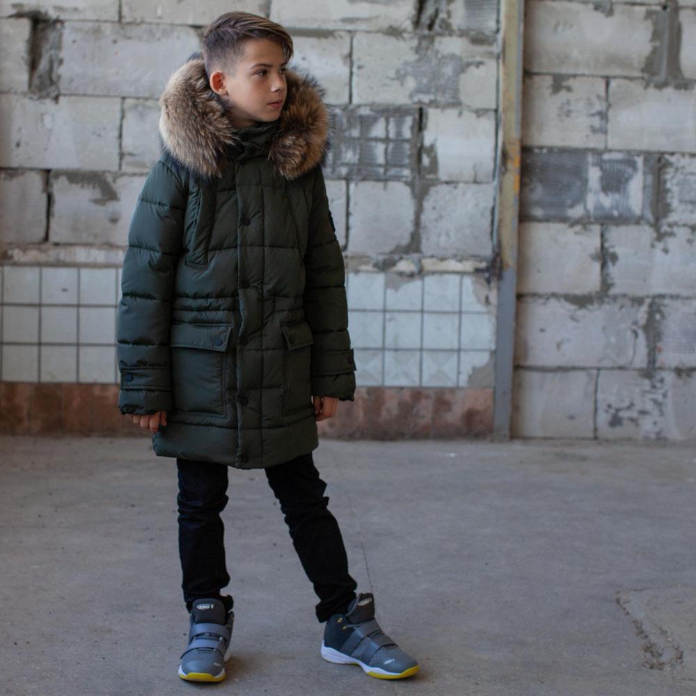 Подростковое зимнее пальто на мальчика цвета хаки с натуральным мехом