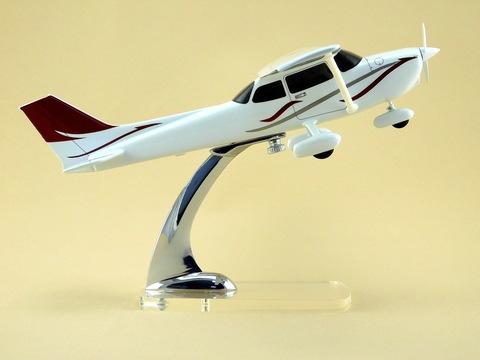 Модель самолета Cessna 172S (М1:32)
