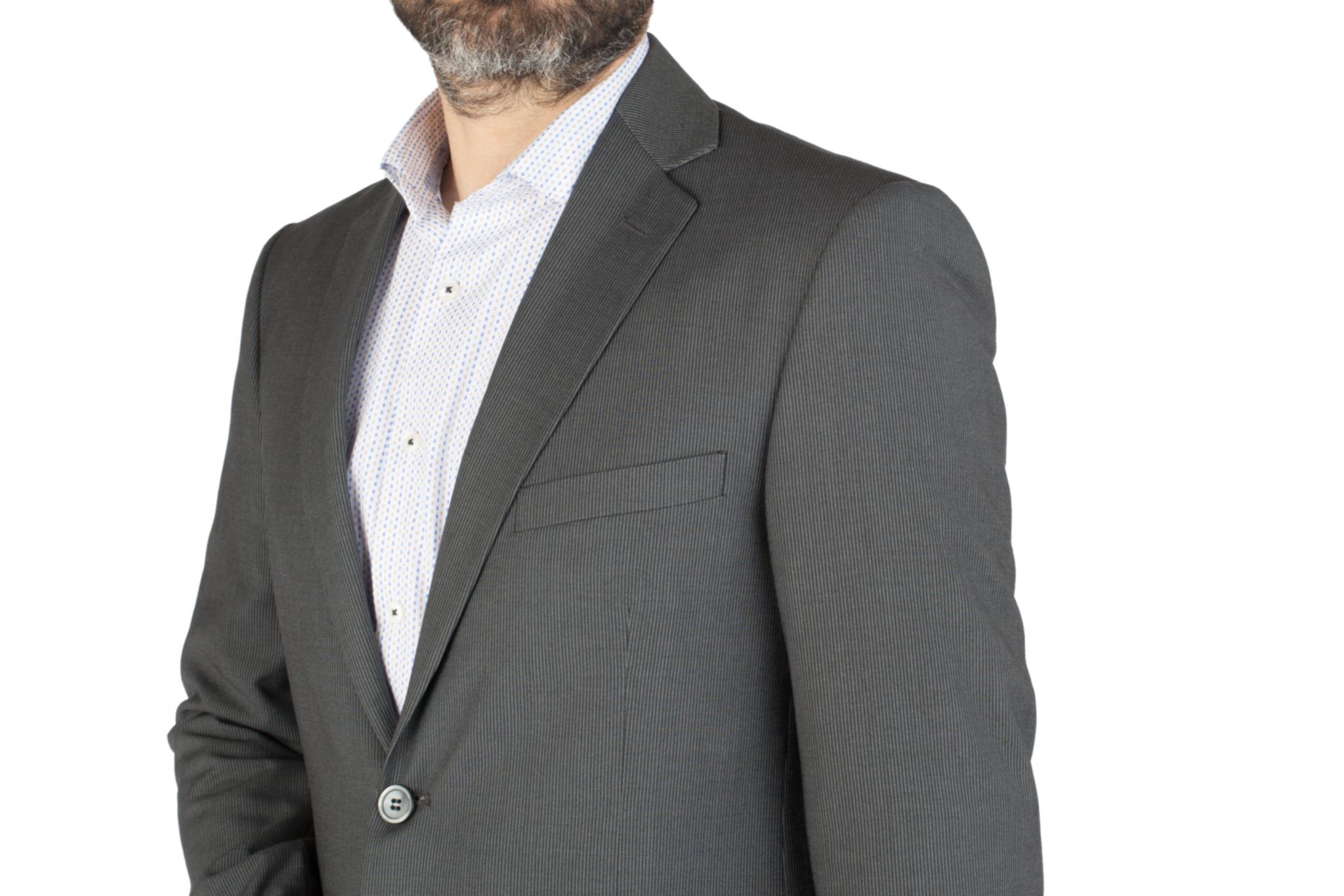 Серый шерстяной костюм в слегка заметную полоску, нагрудный карман