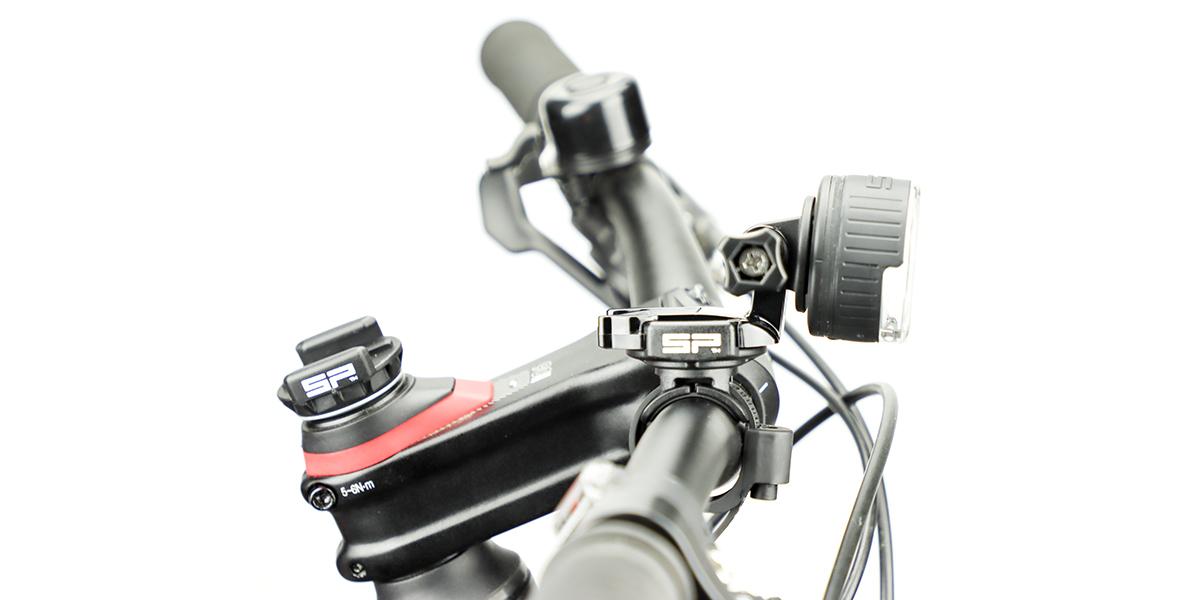 Фонарь SP Connect All-Round LED Light 200 на руле вид сбоку