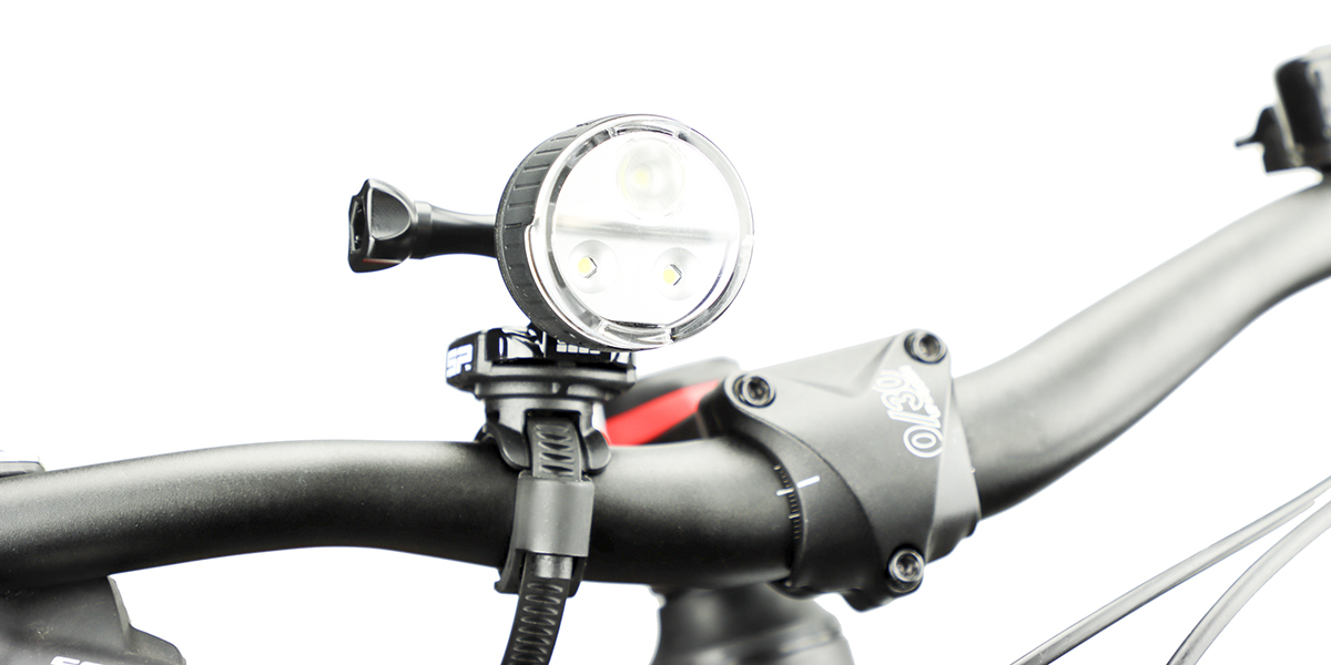 Фонарь SP Connect All-Round LED Light 200 на руле вид спереди