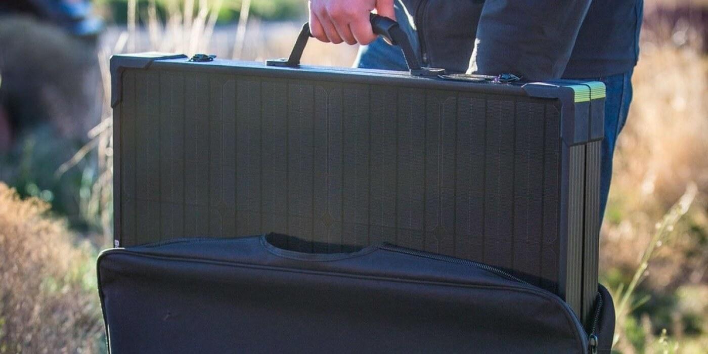 Солнечная панель Goal Zero Boulder 100 Briefcase в руке