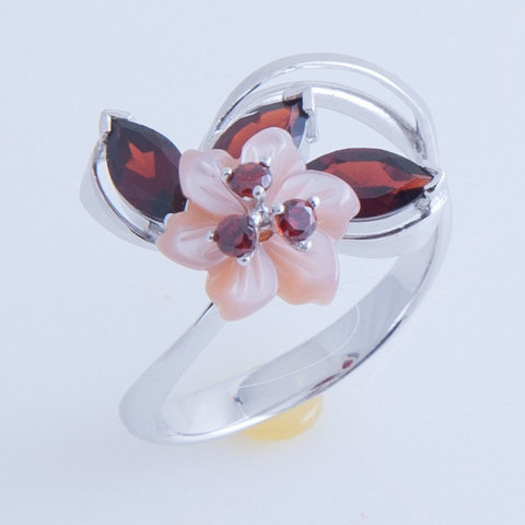 Кольцо с цветком из перламутра и натуральным гранатом Арт.1212рпг