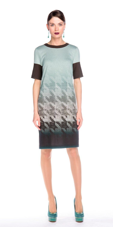 Платье З118-406 - Элегантное платье с геометрическим рисунком мягких приглушенных земных оттенков коричневого цвета.Платье прямого силуэта идеально подходит для стройных женщин любого роста, а при грамотном сочетании с аксессуарами для дам, склонных к полноте. Универсально в применении для любого мероприятия. Лаконичный крой прямого силуэта отлично сочетается с другими элементами гардероба.Контрастная окантовка горловины и широкие манжеты на рукавах притягивают внимание. Очень универсальная и практичная вещь, поскольку подходит к любому типу фигуры.Надев такое платье однажды, вы уже никогда не захотите с ним расставаться