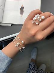 Кольцо спираль из серебра с жемчугом в стиле APM MONACO