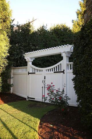 ворота с поддержкой перголой